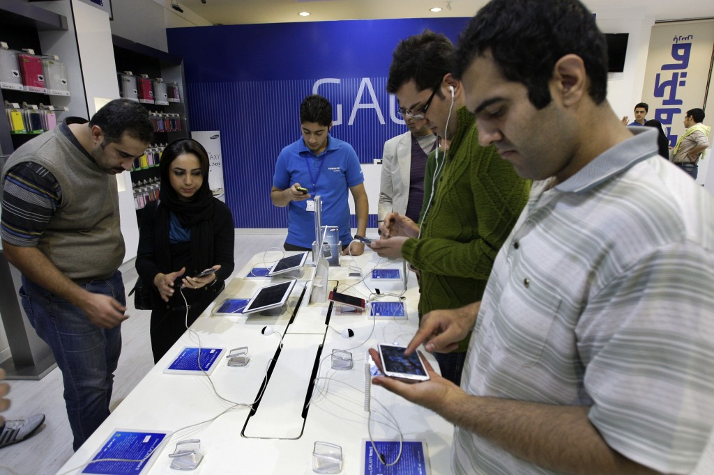 Samsung Opens First 3 Retail Stores In US to Take On Apple's 270